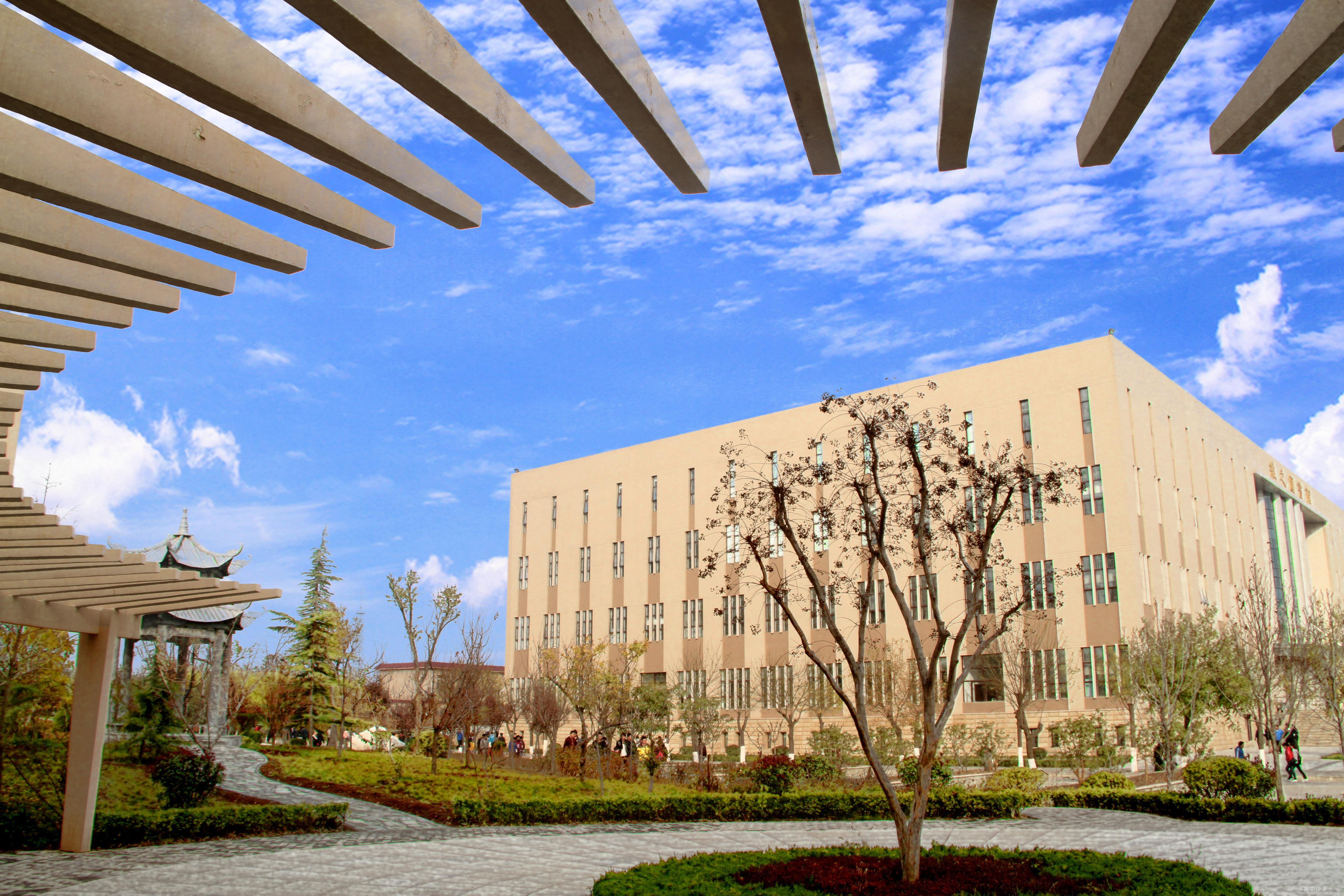 西安培华学院培华校园里的最后一抹秋色(组图)-招生