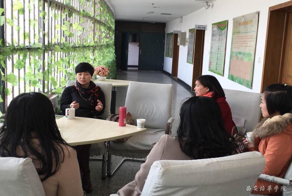 2016年1月7日下午,我校学生潜能发展中心主任吴博一行4人前往长安大学渭水校区心理健康教育中心参观学习,期间受到了心理健康教育中心主任贠丽萍老师的热情接待。  长安大学心理健康教育中心主任贠丽萍老师为大家作介绍   贠主任亲自带领大家参观了中心的心理咨询室、沙盘治疗室、团体活动室、情绪宣泄室、心理测评室、情绪调节室等相关心理工作室,介绍了心理咨询常用的测评工具及仪器。随后老师们与贠主任针对大学生心理健康普测、如何普及学生接受心理咨询的意识、对注意力不集中的学生如何利用仪器进行训练、心理健康教育活动的