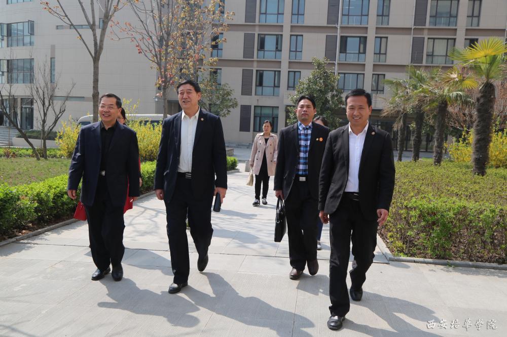 党委书记周庆华代表学校对来访表示欢迎,并介绍了西安培华学院的办学