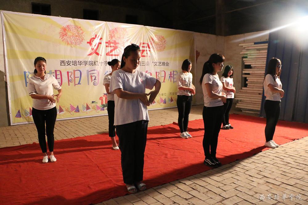 我校大学生支教协会带来手语操表演《感恩的心》